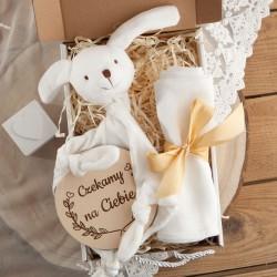 PREZENT na Baby Shower dla dziecka Z IMIENIEM w pudełku Przytulanka i Pieluszka