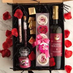 KOSZ prezentowy świąteczny Z PODPISEM Wino i różane konfetti