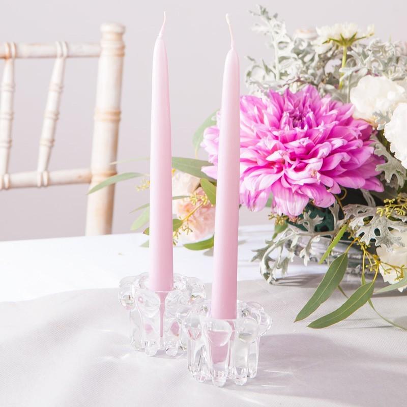 Proste jasnoróżowe świece do dekoracji stołu