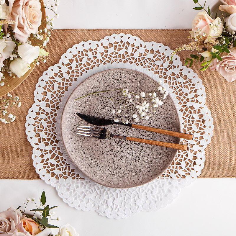 białe podkładki pod talerze