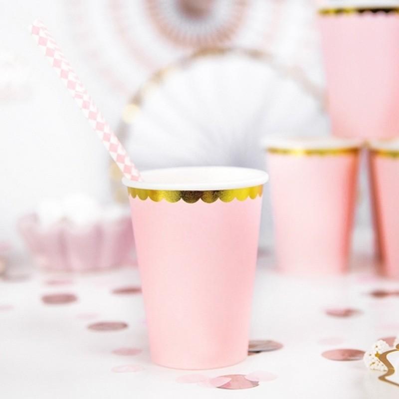 Różowe kubeczki papierowe ze złotym paskiem