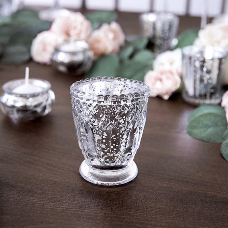 Świąteczne srebrne świeczniki na stół jako dekoracja
