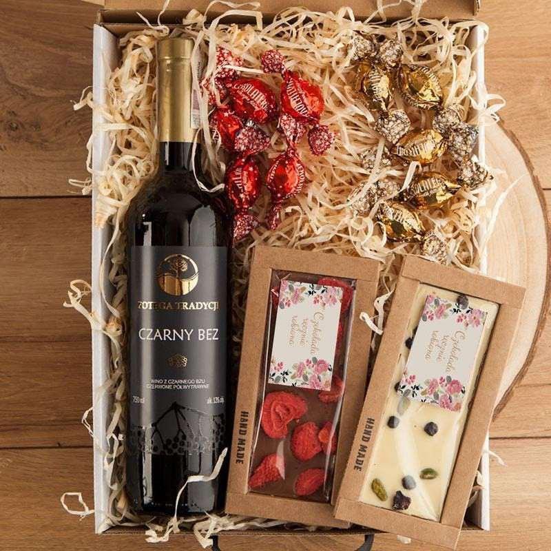 Firmowy zestaw prezentowy na Boże Narodzenie z winem i czekoladami