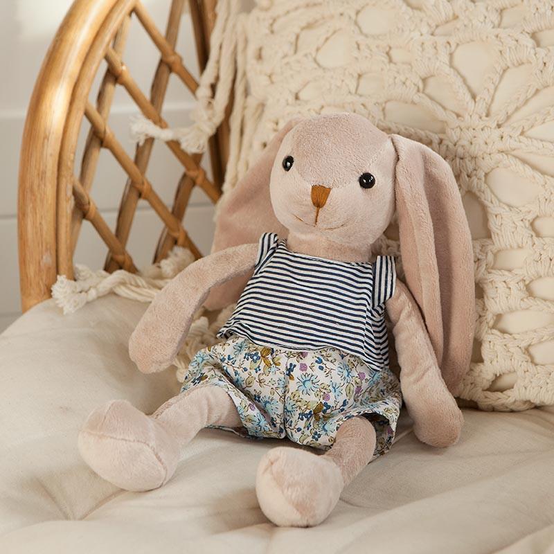 Maskotka króliczek dla dziecka w kwiecistych spodenkach