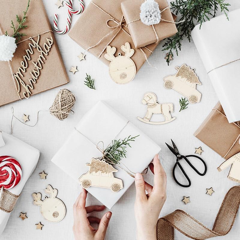 Drewniane zawieszki do prezentów świątecznych