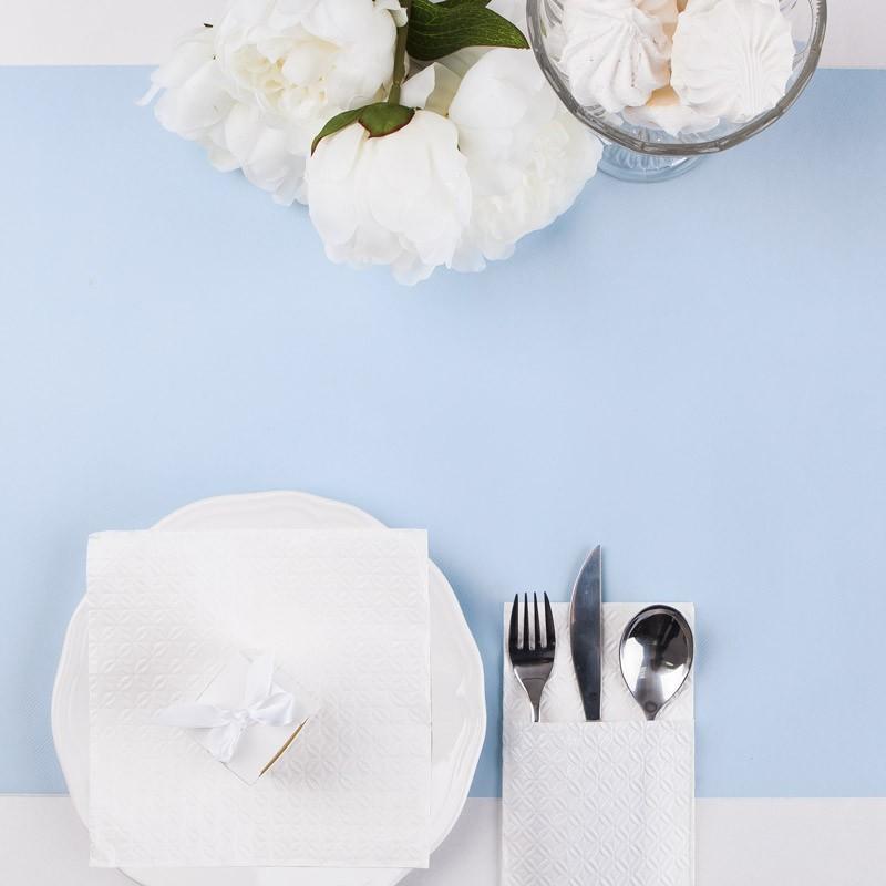 Błękitny flizelinowy bieżnik jako dekoracja stołu na Roczek