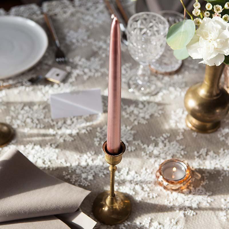 Świece proste rosegold do dekoracji stołu