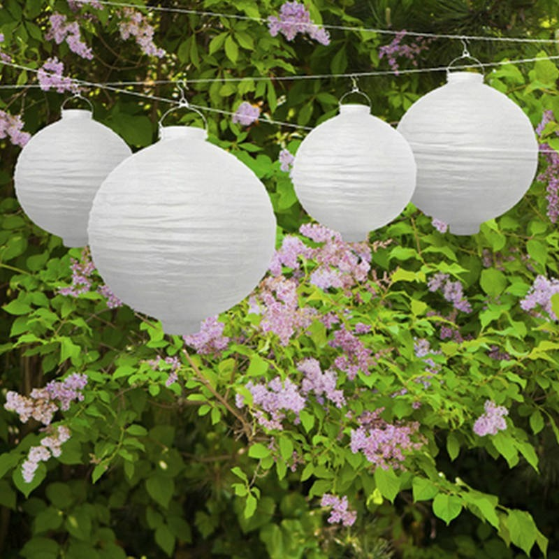 Biały lampion z żarówką do dekoracji balkonu, tarasu lub ogrodu