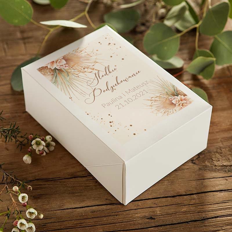 Personalizowane pudełka na ciasto weselne w stylu boho z imionami Pary Młodej i datą