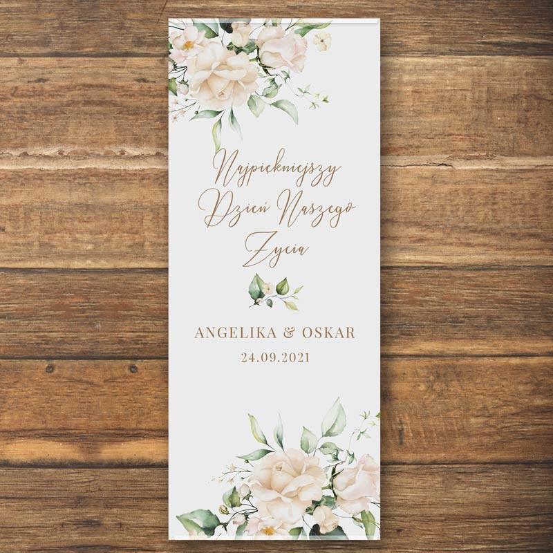 Ścianka w formie plakatu z imionami Pary Młodej oraz datą białe kwiaty