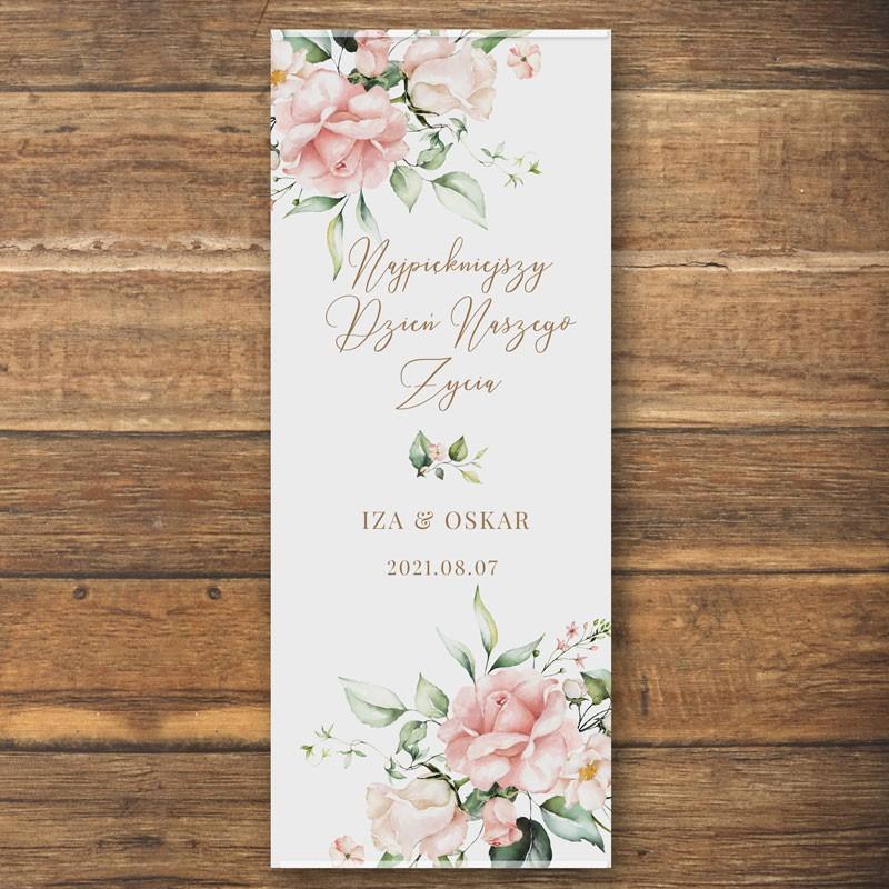 Ścianka w formie plakatu z imionami Pary Młodej oraz datą pudrowe kwiaty