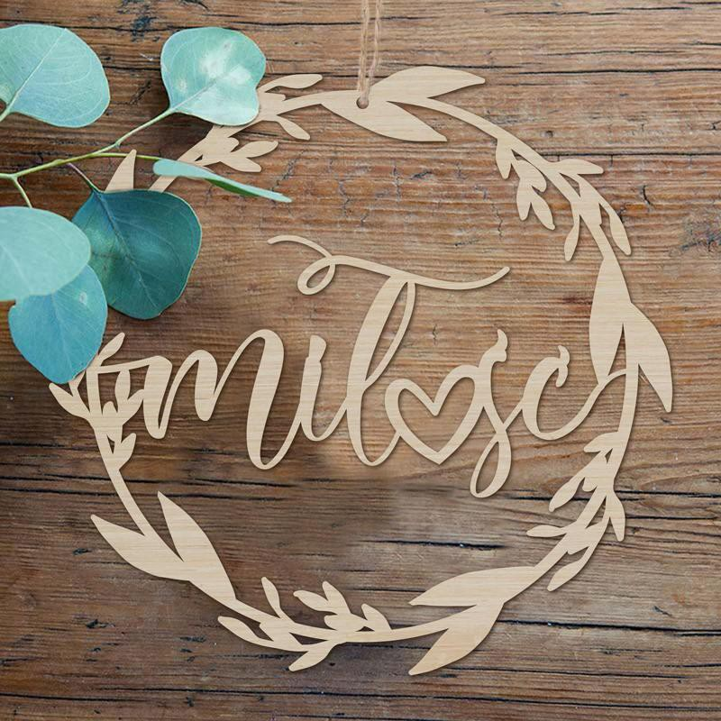 Drewniana dekoracja na wesele z napisem miłość