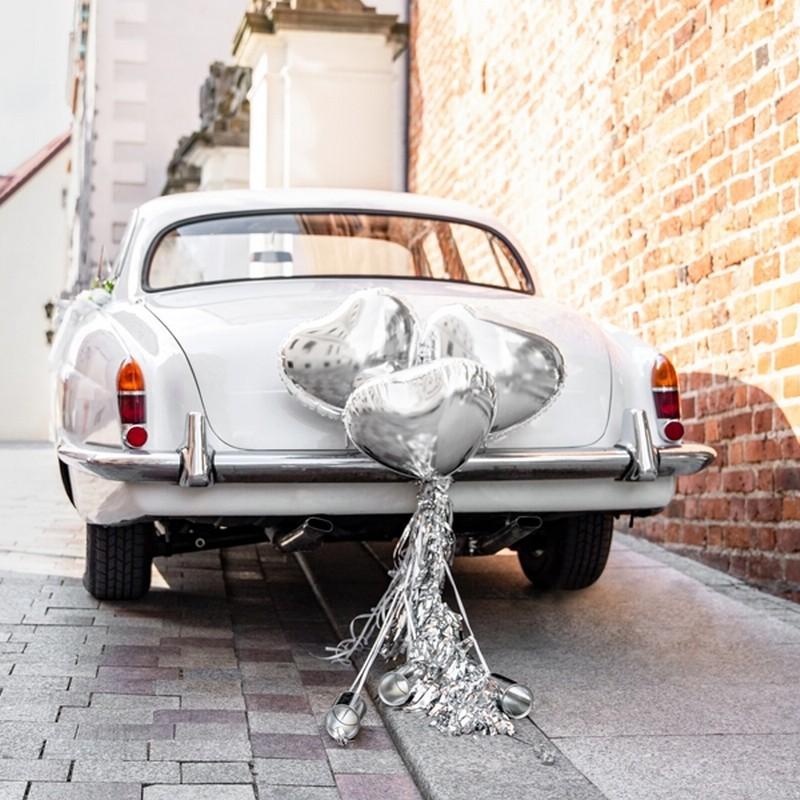 Zestaw dekoracji auta weselnego w srebrnym kolorze z balonami i puszkami