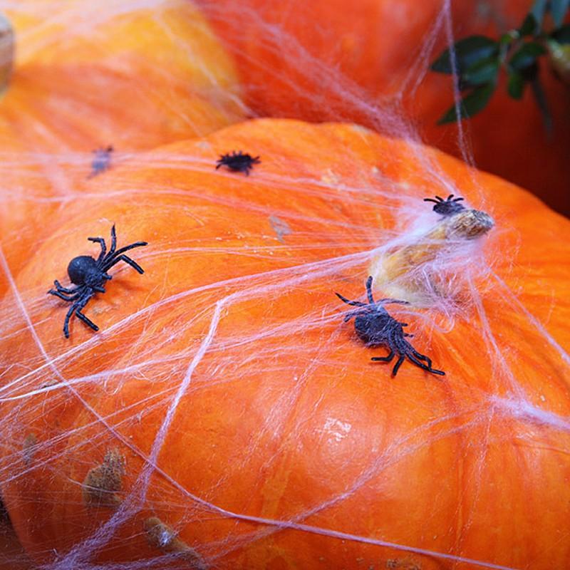 Plastikowe pająki do dekoracji stołu na przyjęcie halloweenowe
